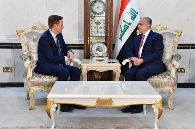 The Foreign Secretary receives a copy of the credentials of the British Ambassador to Baghdad DSC_3985