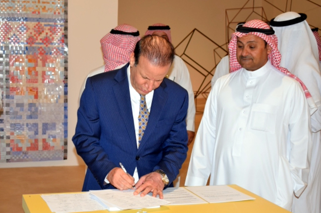 The Ambassador of the Republic of Iraq to Riyadh receives a series of historical documents IMG-0042